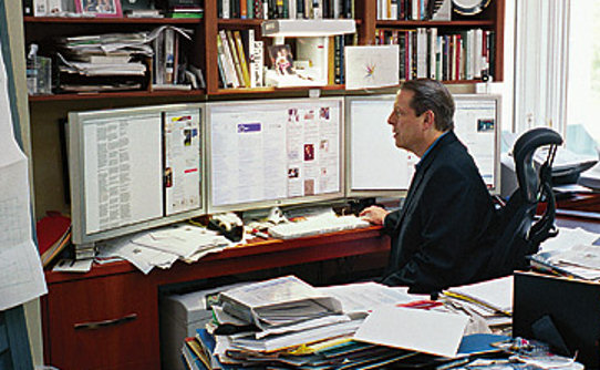 Al Gore using three 30 inch monitors